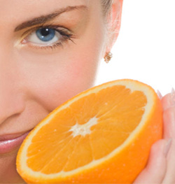 http://www.truthinaging.com/media/blogimages/vitamin-c-woman-with-orange_250x263.jpg